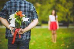 Homem pronto para dar flores à amiga imagens de stock