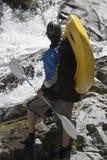 Homem pronto para Kayaking imagens de stock royalty free