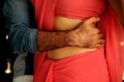 Homem que abraça a mulher Imagem de Stock