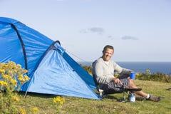 Homem que acampa ao ar livre e que cozinha Fotos de Stock