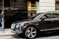 Homem que admira Bentley Bentayga Hybrid luxuoso SUV Imagem de Stock
