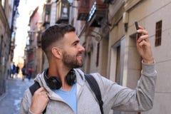 Homem que agarra um selfie para meios sociais imagens de stock