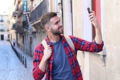Homem que agarra um selfie para meios sociais imagens de stock royalty free