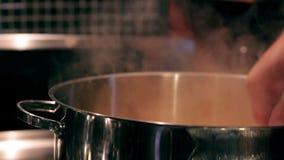 Homem que agita uma sopa cozendo a fogo brando vídeos de arquivo