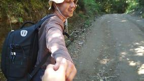 Homem que ajuda a escalar na montanha, dando sua mão, ponto de vista vídeos de arquivo
