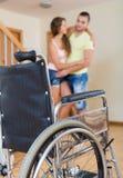 Homem que ajuda o seu esposa deficiente Fotografia de Stock Royalty Free