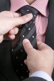 Homem que ajusta seu laço? fotos de stock royalty free