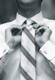 Homem que amarra a gravata Fotografia de Stock Royalty Free