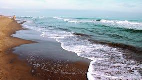 Homem que anda ao longo do beira-mar Imagem de Stock