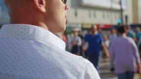Homem que anda através da multidão de povos na cidade grande Cruzando a rua Feche acima do tiro video estoque