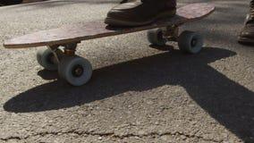Homem que anda com uma trouxa e um skate na rua video estoque