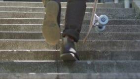 Homem que anda com uma trouxa e um skate na rua vídeos de arquivo