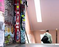 Homem que anda na estação de metro subterrânea fotos de stock