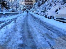Homem que anda na estrada nevado fotos de stock royalty free
