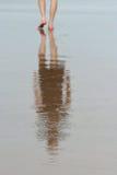 Homem que anda na margem Fotografia de Stock Royalty Free
