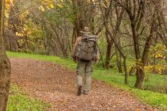 Homem que anda na natureza com trouxa Fotos de Stock Royalty Free
