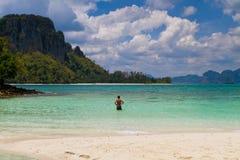 Homem que anda na praia Fotos de Stock Royalty Free