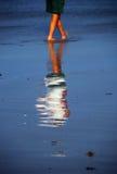 Homem que anda na praia foto de stock royalty free