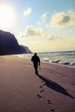 Homem que anda na praia Fotografia de Stock Royalty Free
