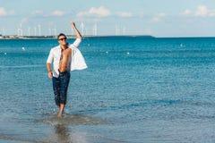 Homem que anda na praia Imagens de Stock
