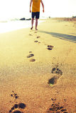 Homem que anda na praia Foto de Stock