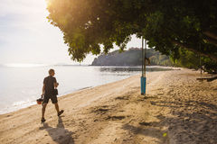 Homem que anda na praia em Tailândia Fotos de Stock Royalty Free
