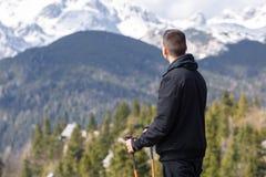 Homem que anda nas montanhas fotografia de stock royalty free