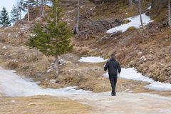 Homem que anda nas montanhas fotografia de stock