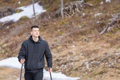 Homem que anda nas montanhas foto de stock royalty free