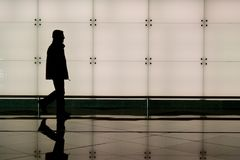 Homem que anda no aeroporto Imagens de Stock Royalty Free
