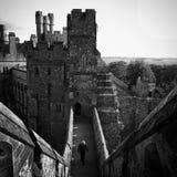 Homem que anda no castelo de Arundel Fotos de Stock Royalty Free
