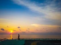 Homem que anda no helideck a pouca distância do mar Fotografia de Stock