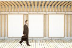 Homem que anda no museu Imagens de Stock