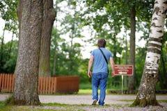 Homem que anda no parque bonito Fotos de Stock Royalty Free