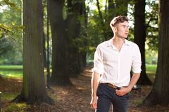 Homem que anda no parque no nascer do sol Imagens de Stock