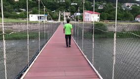 Homem que anda pela ponte no conceito do curso do georigia do borjomi filme