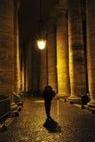 Homem que anda sozinho em Roma, Italy imagem de stock