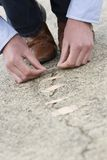 Homem que aplica a atadura adesiva em estrada rachada. imagens de stock royalty free