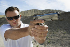 Homem que aponta a arma da mão Imagens de Stock