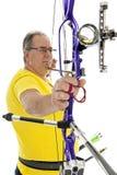 Homem que aponta com um arco longo no close up Imagens de Stock