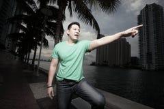 Homem que aponta e que grita Fotografia de Stock Royalty Free