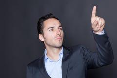 Homem que aponta em uma tela virtual Foto de Stock