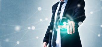Homem que aponta o dedo na tela virtual com tecnologia no conceito do negócio e na rede de incandescência imagens de stock royalty free