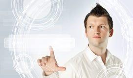 Homem que aponta para esvaziar a barra do endereço no web browser virtual Conceito de Seo, de Internet e de ensino à distância fotos de stock royalty free