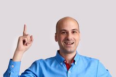 Homem que aponta seu dedo até o espaço da cópia Fotografia de Stock Royalty Free