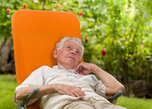 Homem que aprecia no sunbed Imagens de Stock