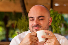 Homem que aprecia seu café da manhã imagens de stock royalty free