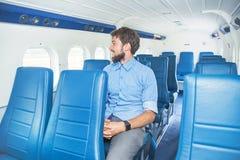Homem que aprecia sua viagem pelo avião fotos de stock