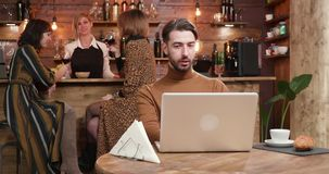 Homem que aprecia uma xícara de café durante uma conversação em linha vídeos de arquivo
