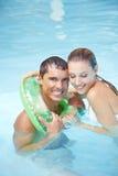 Homem que aprende nadar com anel de flutuação Imagens de Stock
